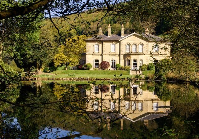 main slider image of the manor house and lake